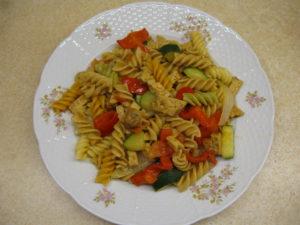 Těstoviny s restovanou zeleninou a tempehem